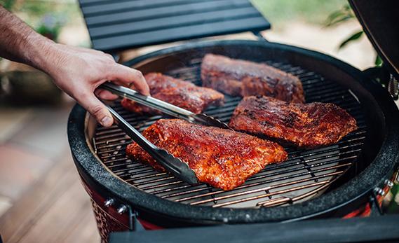 Grillzange und Fleisch